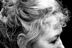 Frau-mit-Dutt-Fotografie-schwarzweiß-2013-Ilse-W